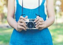 Photo d'automne de vintage avec la fille se tenant en parc avec le vieil appareil-photo Images libres de droits