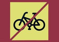 Photo d'bicyclettes utilisant le signe de restriction avec le backgroun jaune Photographie stock