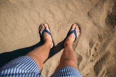 Photo d'en haut un homme dans la fessée se tient sur le sable photo libre de droits