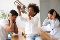 Photo d'enfant faisant le bruit en jouant la trompette photographie stock libre de droits