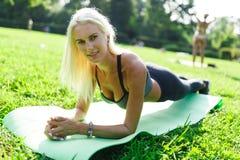 Photo d'exercice de exécution blond de sports Photographie stock libre de droits