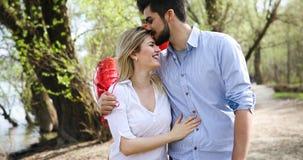 Photo d'extérieur debout de couples romantiques avec des baloons Image libre de droits