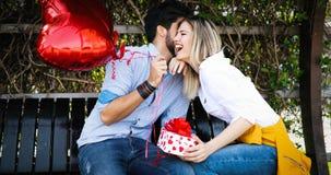 Photo d'extérieur debout de couples romantiques avec des baloons Photos libres de droits
