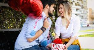 Photo d'extérieur debout de couples romantiques avec des baloons Photographie stock libre de droits
