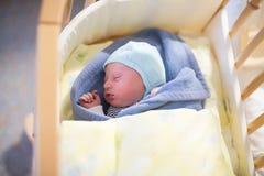 Photo d'hôpital de bébé nouveau-né plusieurs heures  Image libre de droits