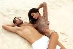 Photo d'histoire d'amour de beaux couples détendant en île des Maldives Images stock