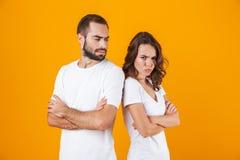 Photo d'homme et de femme de mécontentement dans la position de querelle de nouveau au dos avec des bras pliés, d'isolement au-de photos libres de droits