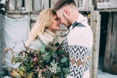Photo d'homme heureux et de femme extérieurs en hiver Image libre de droits
