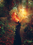 Photo d'imagination de jeune magicien de dame de redhair Images stock