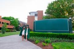 Photo d'obtention du diplôme d'université sur le campus universitaire Images libres de droits