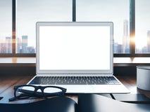 Photo d'ordinateur portable générique sur un espace de travail avec Photos libres de droits