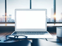 Photo d'ordinateur portable générique sur un espace de travail avec Photo libre de droits