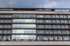 Photo d'un bâtiment communiste d'ère avec le mot Yougoslavie Jugoslavia écrit devant lui Images libres de droits