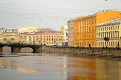 Photo d'un bel horizon de ville avec la rivière Photographie stock libre de droits