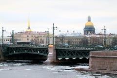 Photo d'un bel horizon de ville avec la rivière Photo libre de droits