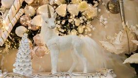 Photo d'un cheval blanc de licorne près des décorations de Noël Photo libre de droits