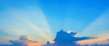 Photo d'un ciel bleu avec des nuages Photos libres de droits