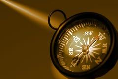 Photo d'un compas dans des sons de sépia compensés vers la droite photographie stock libre de droits