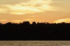 photo d'un coucher du soleil étonnant sur un lac Photo libre de droits