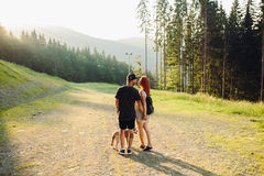 Photo d'un couple dans les montagnes Images libres de droits
