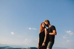 Photo d'un couple dans les montagnes Photographie stock libre de droits