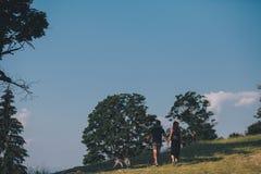 Photo d'un couple dans les montagnes Images stock