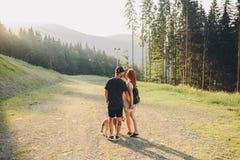 Photo d'un couple dans les montagnes Photographie stock