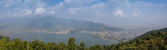 Photo d'un cygne sur un lac Image libre de droits