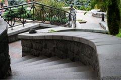 Photo d'un escalier avec des tours menant au parc de ville photographie stock libre de droits