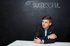Photo d'un homme triste au-dessus de conseil noir avec le texte non réussi Photo libre de droits