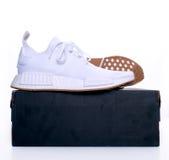Photo d'un paquet original de gomme d'Adidas NMD R1 de paires tout le blanc Image stock