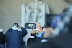 Photo d'un téléphone prenant une photo de Lincoln Memorial dans un hôte image stock