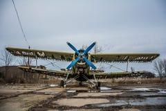 Photo d'un vieil avion sur l'aérodrome et le fond nuageux Image stock
