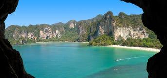 Photo d'une île de paradis, vue de caverne Photo stock