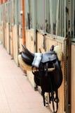 Photo d'une belle selle en cuir de sport sur la concurrence équestre images libres de droits