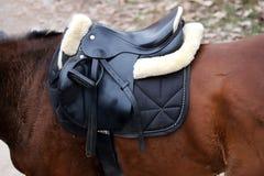 Photo d'une belle selle en cuir de sport sur la concurrence équestre photographie stock