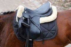 Photo d'une belle selle en cuir de sport sur la concurrence équestre photo libre de droits