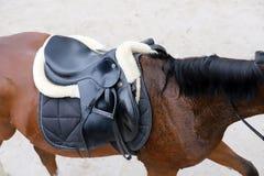 Photo d'une belle selle en cuir de sport sur la concurrence équestre photo stock