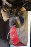 Photo d'une belle selle en cuir de sport sur la concurrence équestre photographie stock libre de droits