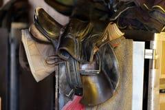 Photo d'une belle selle en cuir de sport sur la concurrence équestre image stock