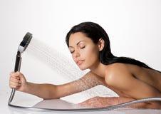 Photo d'une femme dans les cheveux de lavage de douche et de corps photos libres de droits