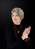 Photo d'une femme plus âgée avec l'ensemble rouge de jaspe photo libre de droits