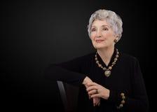 Photo d'une femme plus âgée posant avec des bijoux de jaspe de peau de léopard image stock