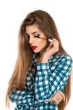 Photo d'une fille avec une brosse de maquillage pour la mèche dans des mains Photos stock