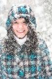 Photo d'une jeune femme dans la neige image stock