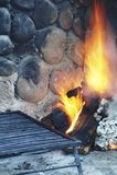 Photo d'une longue exposition d'un gril et d'un feu commençant photo stock