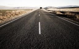 Photo d'une route que cela mène aux chaînes de montagne Photo libre de droits