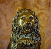 Photo d'une vieille statuette de lion sur le fond brun Image stock