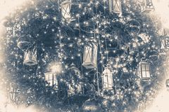 Photo dans le vieux style de cru Fond de décoration d'arbre de Noël avec une guirlande rougeoyante Images stock