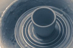 Photo dans le vieux style de cru Vase de roue fraîche du ` s de potier de pirouette de tour d'argile Photos libres de droits